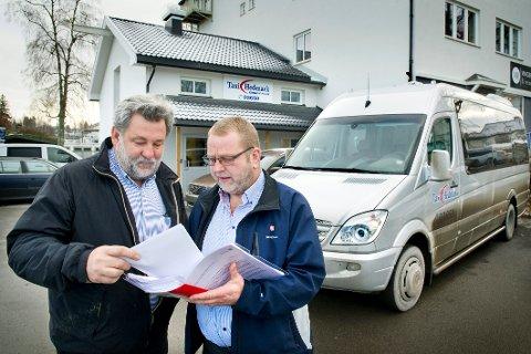 TAUSE: Trafikkleder i Kongsvinger Taxi, Leif Broen (t.v.) og leder Frode Flosand mener politianmeldelsen er feiladressert. - Det er løyvehaverne som ansetter sjåfører, ikke sentralen.