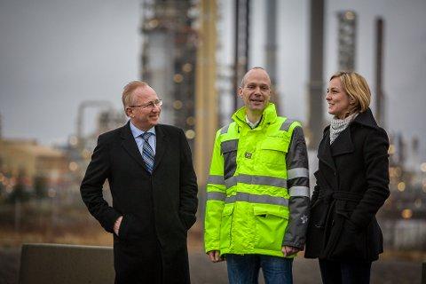 LIKE VILKÅR: - Det viktigaste for oss er at vi kan konkurrera på like vilkår, seier direktør i Statoil Mongstad, Rasmus Wille (midten). Stortingsrepresentantane Torill Eidsheim (H) og Gjermund Hagesæter (FrP) tok turen til Mongstad i dag for å overbringa den gode nyheiten.