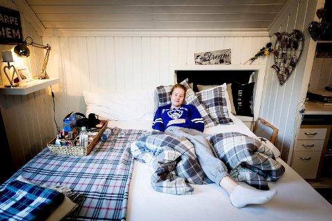 Sengeliggende: ? I sommer, da det var så varmt, hadde jeg bare ett ønske da jeg lå her, å dra og bade, sier Anniken Larsen. I denne senga tilbringer hun dagene. Dag ut og dag inn.