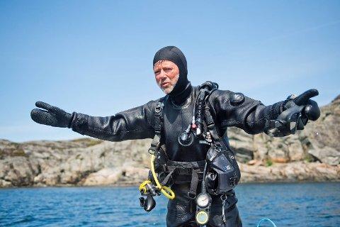 Ole Hamre er en ivrig dykker, som gjerne dykker sammen med sine barn utenfor hytten på Algrøy.