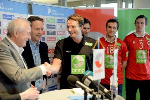 Landslagstrener Christian Berge gratuleres av håndballpresident Karl-Arne Johannessen og generalsekretær Erik Langerud etter at han fikk jobben i år. Bak står André Lindboe, Christian O'Sullivan og Sander Sagosen.