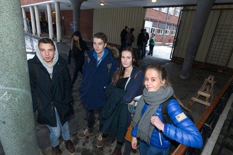 SNILL UNGDOM: Sander Risvik (16), Marcus Sommersel (16), Linn Eriksson (16) og Jenny Hagrim (16) ved Lillestrøm videregående skole tror Facebook og tv-spill kan være med å forklare hvorfor stadig færre personer under 18 år begår kriminelle handlinger. FOTO: KAY STENSHJEMMET