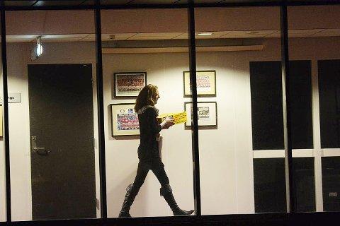 Vibeke Johannesen, salgssjef bedrift i Brann, frakter pizza inn på møterommet i 17-tiden.