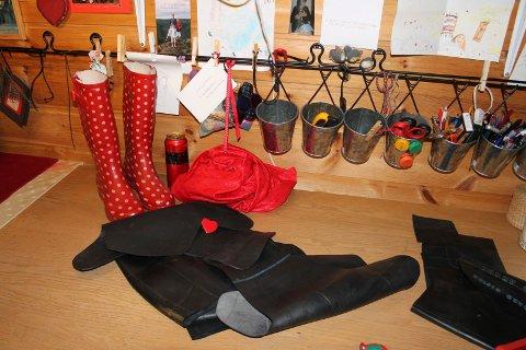 Støvlar: Ølboksar og gummi frå fargerike støvlar er viktige detaljar på veskene til Marit Andersen.