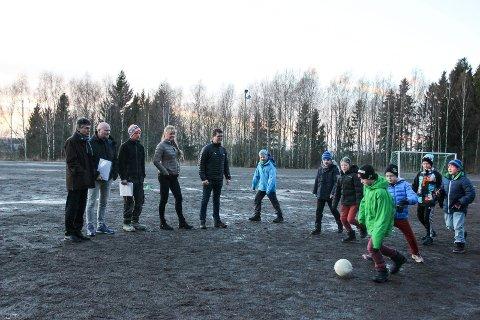 På banen: Jaren IL er blitt tildelt midler til oppgradering av grusbanen. Fra Venstre: Tor Haug (Sparebankstiftelsen DnB), Bjørn Steinar Borgli (Jaren IL), Runar Dyrud (idrettskomité og anleggskomité), Haldis Lyckander (rektor) og Nils Harald F. Martinsen (idrettskomité og anleggskomité). Fotballgutta går i 6. klasse ved Jaren skole.