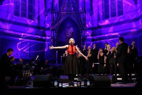 Aurora Aksnes fremførte blant annet «War is Over» på BKKs julekonsert. Lørdag går de to siste av fire konserter av stabelen i Johanneskirken. Klokken 1730 og klokken 2100.