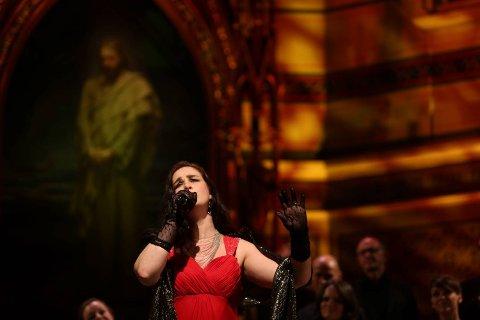 Tine Taule fylte kirkerommet med sin særegne stemme og sangen «Wayfaring stranger».