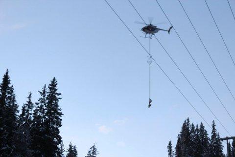 FØRST: Nordlandsfly er de eneste i Norge som kan fjerne trær fra kraftledninger ved hjelp av Heligrip. Foto: Vegard Olsen