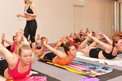 Malin Olaussen (til v. ) og Stine Skogrand fikk erfare bikram yoga er tøft, selv for toppidrettsutøvere.