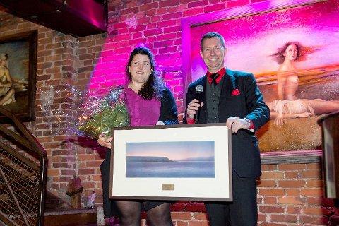 Frank Aarebrots datter, Maike, tok på vegne av faren imot prisen Årets Bergenser 2014, som ble overrakt av sjefredaktør Anders Nyland i BA.