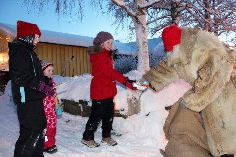 Sjøgatanissen deler ut julegaver i Mosjøen   Mariell Bekkevold, Hannah Nordgård og Hedda Nordgård