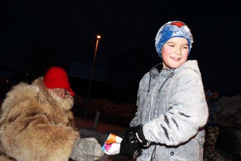 Sjøgatanissen deler ut julegaver i Mosjøen   Odin Ivarrud