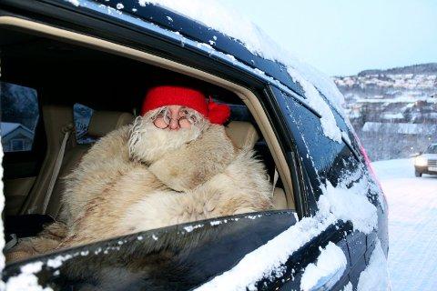 Sjøgatanissen deler ut julegaver i Mosjøen