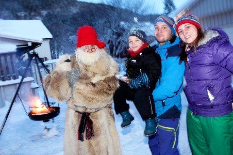 Sjøgatanissen deler ut julegaver i Mosjøen   Jakob Lundestad, Anders Lundestad og Ida Remmen