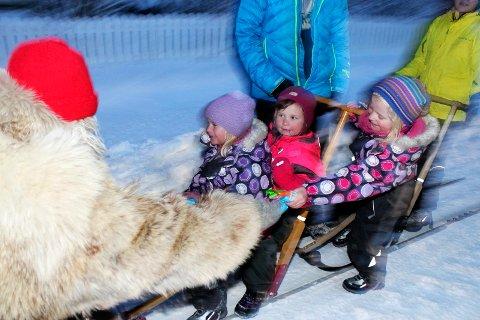 Sjøgatanissen deler ut julegaver i Mosjøen   Tuva Engås Lynum, Sunniva Johansen og Lea Engås Lynum