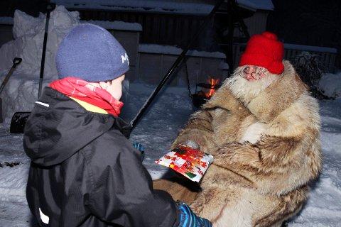 Sjøgatanissen deler ut julegaver i Mosjøen   Jakob Lundestad