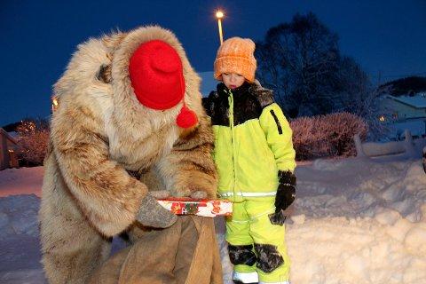 Sjøgatanissen deler ut julegaver i Mosjøen   Henning Vesterlid Antonsen