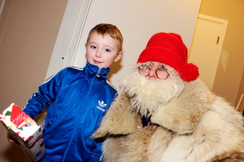 Sjøgatanissen deler ut julegaver i Mosjøen   Emil Gabrielsen