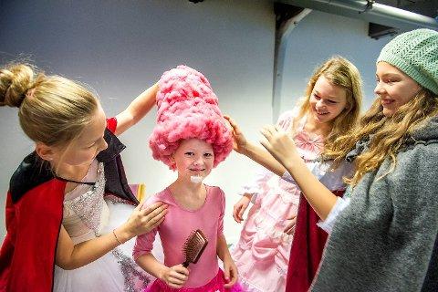 Hjemmelagde kostymer og gode hjelpere. For første gang fikk Susanne Thorstensen Enehaug (8) prøve hatten hun skal ha på under musikalen i rollen som godteriet sukkerspinn. Her får hun hjelp fra de andre skuespillerne, f.v. Iveline Leversen (12), Susanne, Isabel Thorstensen Enehaug (11) og Selma Indine Strønen Damm (12).