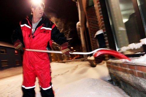 snøfall: Johnny Pettersen drømmer om sol og sommer, mens han tar et tak med skuffa og venter på snørydderen. ? Jeg har nettopp vært i Karibien, det er godt med et avbrekk. (Foto: Stine Skipnes)