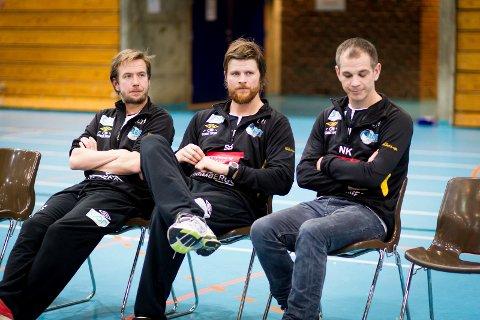 FRUSTRERT: LTH-trener Stian Bjermeland (midten) var forbannet etter hjemmetapet mot Bækkelaget. Her sammen med  Kristoffer Dekke (t.v.) og Nils Keller.