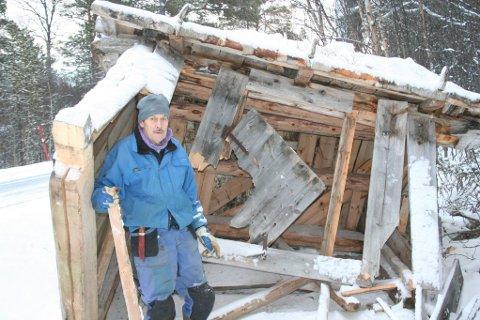 Smadret vasshuset: Dette tusenårskulturminnet i Os ble smadret av bilen. Her bivåner Per Volden fra Os huset som han og Arne Nymoen restaurerte i 1997.