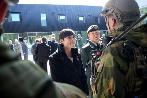 KLAR TALE: Forsvarsminister Ine Eriksen Søreide (H) ser det som viktig at krigshistorien fra nord kommer med i skoleverket. Her er hun fotografert ved åpningen av grensestasjonen i Pasvik. Foto: Amund Trellevik