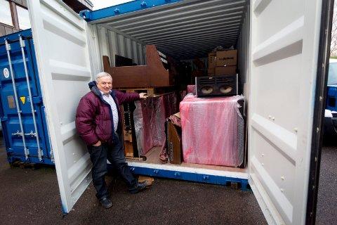Tron Syversen importerer brukte el-orgler fra både England og USA. Her har siste sending kommet i en container.