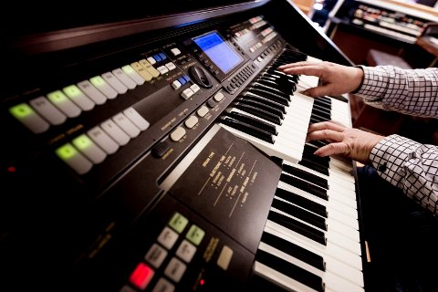 To manualer og rytmeboks kjennetegner de gamle el-orglene.