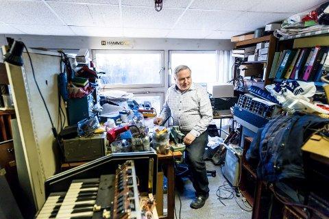 Tron Syversen har over 70 orgler plassert på loftet på Skjetten. Han importerer orgler, reparerer, og selger. Det dyreste han har nå er et orgel til 350 000 kroner.