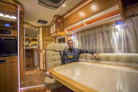 GOD PLASS: Luksusbilen har plass til Thomas Alsgaard og familien.