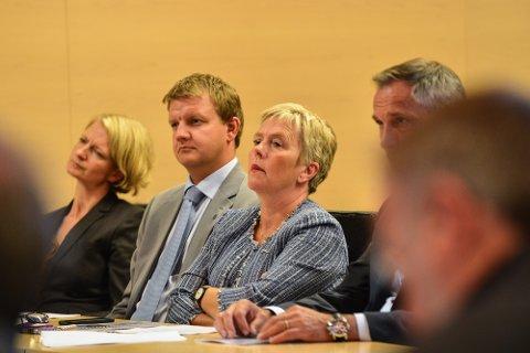 STORM: Fylkesrådet fikk mye kritikk etter milliardavsløringene rundt Troms Kraft. Her Svensgård med byrådsleder Øyvind Hilmarsen i Troms da granskingsrapporten ble fremlagt.
