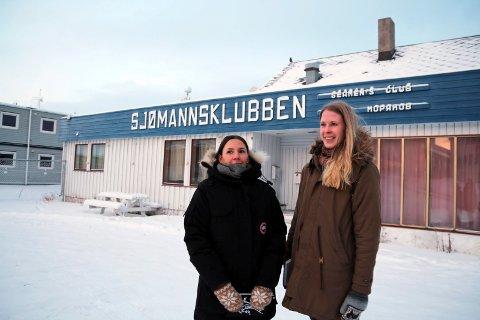OMVIST: Pikene på Broen ønsker å ta festivalpublikum med på omvisning under Barents Spektakel. Her: Lene Ødegård Olsen (til høyre) og Ingrid Valan foran Sjømannsklubben.