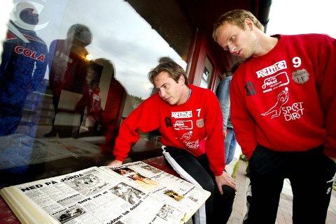GAMLE MINNER: Rune Hareton (t.v.) og Espen Jensen leser om forrige gang Strømmen møtte Elverum til viktig kamp. Da tapte laget 4-3 etter å ha ledet 3-0. Revansjens time er kommet når lagene i ettermiddag braker sammen til seriefinale. FOTO: ROAR GRØNSTAD