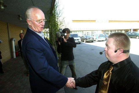KJENDISMØTE: Tom André Henriksen har fått betydelig medietrening siste året. Han slo av en god prat med Røde Kors-president Thorvald Stoltenberg. Nå vil han ha gjensyn med kronprins Haakon.