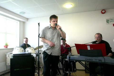 "FEIRET: Bandet ""Ull"" spilte ""La oss leve for hverandre"". Vokalist er Terje Wik, trommiser er Tom André Henriksen og Jens Arne Brenne (skjult) og keyboardist er lærer Hans Jakob Willersrud."