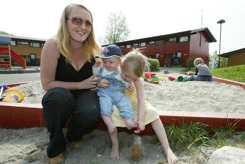 - Det er topp å ha barn når man studerer, mener Silje Vallestad sammen med barna August Severin Vallestad Berle og Oda Marie Vallestad Berle (3 ½).