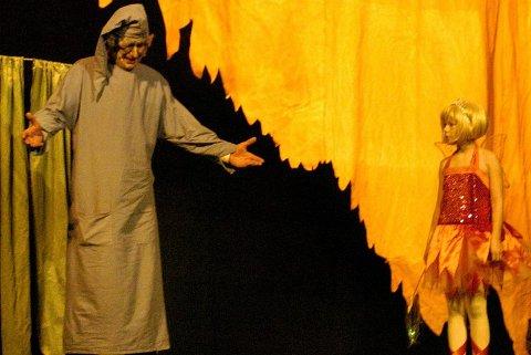 """JULEÅND: Slemme Scrooge (Øivind Bjerke) får besøk av juleånden """"Før"""" (Ina T. Nafstad) som tar ham tilbake til barndommen."""