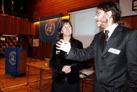 FORNØYD: Lærer Birgit Strøm ved MVS har og infokonsulent i FN-sambandet, Bård Hekland er fornøyd med elevenes store engasjement.