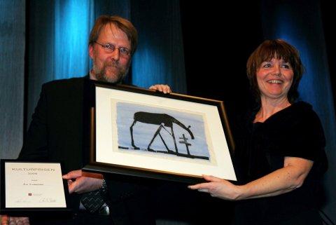 Glåmdalens artistgalla 2007. Åse Lukerstuen fikk tildelt Årets kulturpris for 2006 av Paul inge Tønseth FOTO: FREDE Y. ERIKSEN