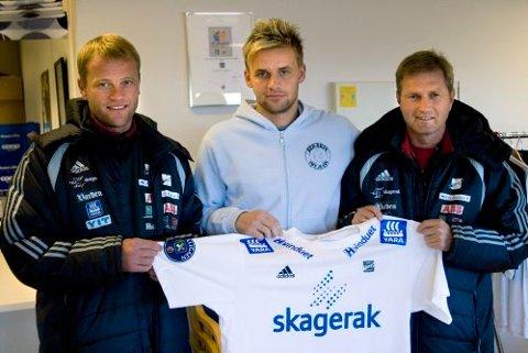 VELKOMMEN: Odd-trenerne Arne Sandstø og Gaute Larsen ønsker tsjekkiske Zbynek Pospech (24) velkommen til Odd Grenland. Dermed er en lang jakt på ny spiss ved veis ende. Foto: Kjetil Sivertsen