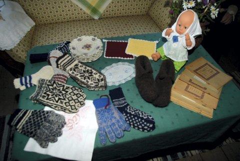 BASAR: Hjemmestrikkede votter og vanter, grytekluter, broderte duker og dokkekær var fast innhold på basarenes gevinstbord