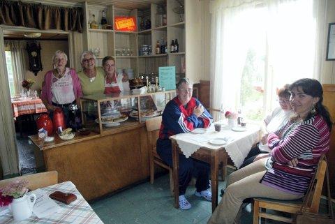FORTID: Valstad Café på Sørumsand vitner om en svunnen tid da folk kunne møtes over en kopp kaffe eller en cola, noe betjeningen med Åse Ufert (til venstre), Elisabeth Bonna, Mona Øyen Karlsen og gjestene Evy Lethigangas, Siolveig Wolter og Saat Nazari, savner.