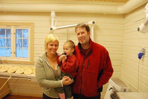 Elin og Torbjørn Orrhaug, sammen med sønnen Willy (2), i bakeriet.