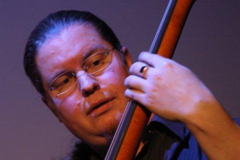 NYSKAPENDE: Den danske bassisten Peter Laustsen krysset musikalske grenser i sine soloinnslag.