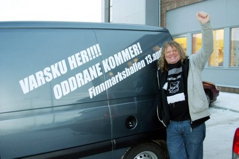 Odd-patriot Gunnar «Puskas» Schwaiger advarer lokalbefolkningen mot Odd og har likegodt dekorert bilen med et godt synlig varsel. 59-åringen, som har bodd i Alta siden 1981, tror Odd vinner 4-1.