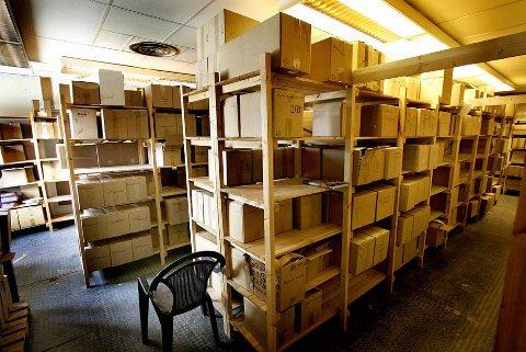 I dette bortgjemte lageret i Karasjok ligger utrolige 133.000 samiske lærebøker og støver ned. Forlaget Davvi Girjis  boklager er produsert med millionstøtte fra Sametinget, men ingen kommuner vil kjøpe bøkene.