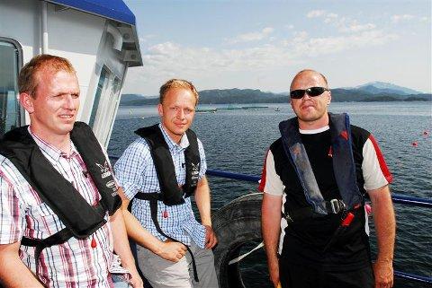 Roar Paulsen (fra venstre), Endre Klokk Leite og Ole Bjerkan ute på fôrflåta på Segelråa på sørsiden av Tustna. Slike gode lokaliteter ønsker Lerøy Hydrotech flere av. Tre søknader om nye steder vurderes på Nordmøre i dag.