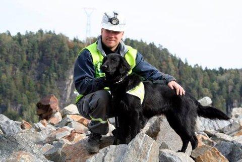 RUINHUND: Trond Reiholm fra Skien med hunden Donna er blitt Telemarks eneste godkjente ruinhund.