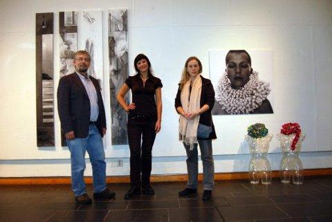JUBILERER: Ove Fevåg, Ann Mari Aamot og Anne Stabell er svært fornøyde med utstillingen som åpner på lørdag. - Jeg kan ikke huske at vi har hatt en så bred utstilling her før, sier Fevåg.